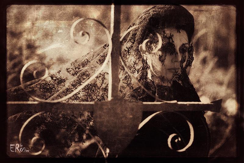 femme-veuve-voile-noir-croix-cimetiere-tombe